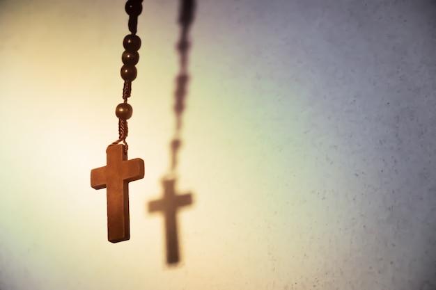 Heiliges hölzernes christliches kreuz. Kostenlose Fotos