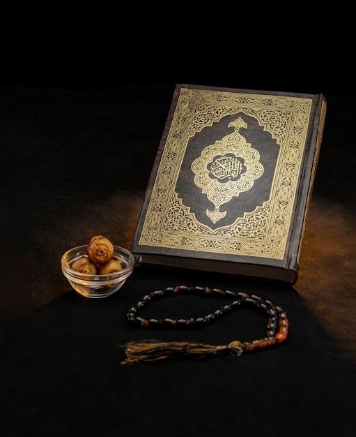 Heiliges koranbuch mit rosenkranz und daten Premium Fotos