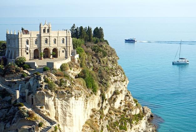 Heiligtum von santa maria dell isola auf einer klippenküste in tropea, kalabrien, italien Kostenlose Fotos
