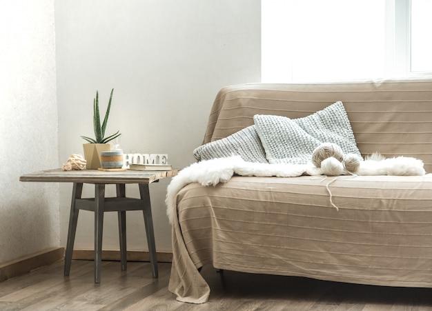 Heimsofa mit gemütlichen dekorationsgegenständen im wohnzimmer Kostenlose Fotos