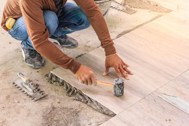 Heimwerken, renovierung - fliesenleger des bauarbeiters Premium Fotos