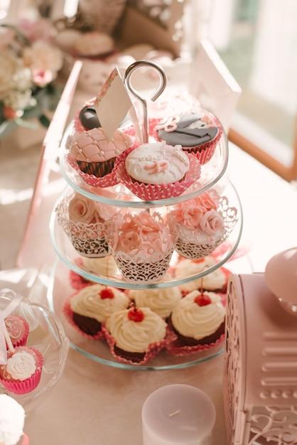 Heiratende schöne kleine kuchen am schokoriegel im rosa Premium Fotos