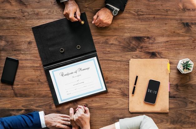 Heiratete ältere paare, die heiratsurkunde unterzeichnen Kostenlose Fotos