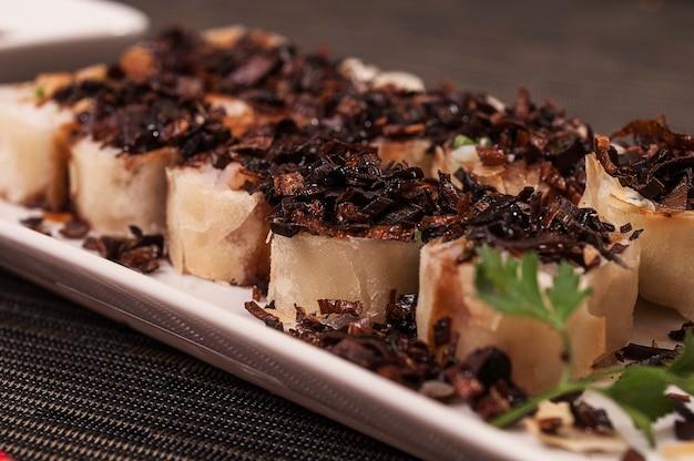 Heiße japanische küche, asiatische küche mit gegrilltem lachs und knusprigem knoblauch Premium Fotos