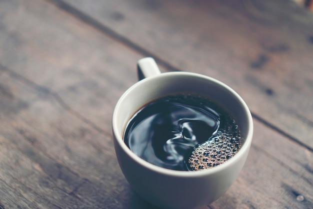 Heiße kaffeetasse aus dem kaffeefilterprozess, kaffee tropfen Premium Fotos