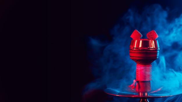 Heiße rote kohlen für shisha shisha in einer metallschale mit rauch Premium Fotos