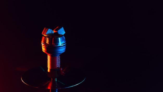Heiße rote kohlen für shisha shisha in einer metallschale Premium Fotos