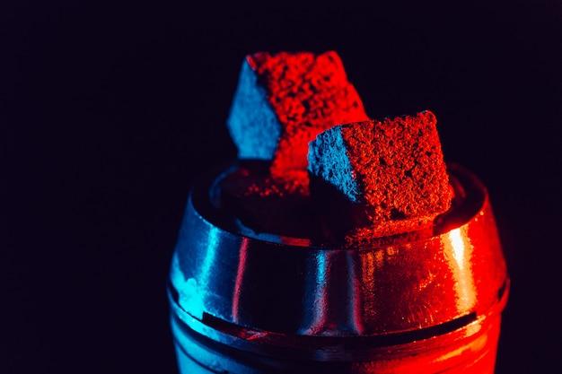 Heiße rote kohlen für wasserpfeife in einer metallschale Premium Fotos