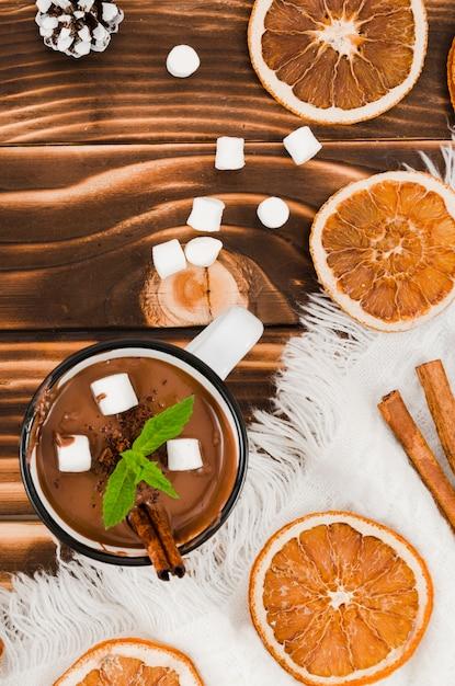 Heiße schokolade auf schreibtisch mit wollblatt, eibischen und zitronen Kostenlose Fotos