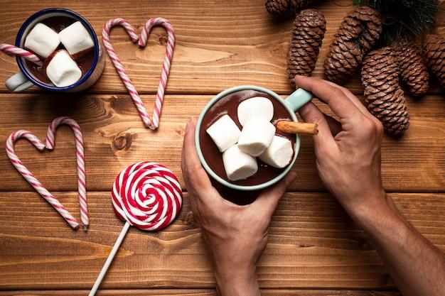 Heiße schokolade der draufsicht mit süßigkeit Kostenlose Fotos