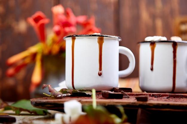 Heiße schokolade mit eibischsüßigkeiten auf hölzernem hintergrund. Premium Fotos
