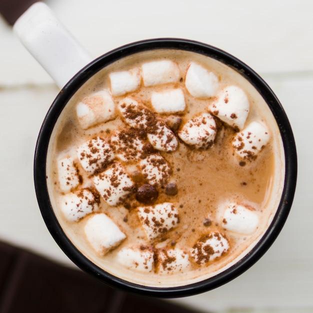 Heiße schokolade mit marshmallows in der tasse Kostenlose Fotos