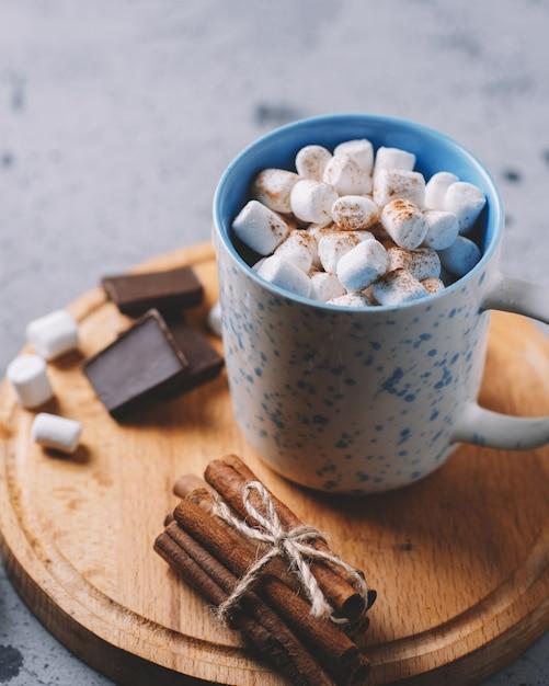 Heiße schokolade oder kakao mit marshmallows in einer tasse Premium Fotos