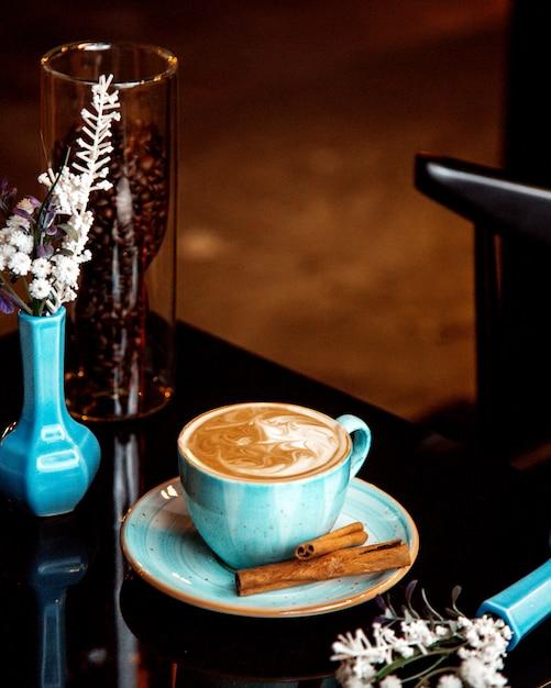Heiße tasse cappuccino mit zimt Kostenlose Fotos