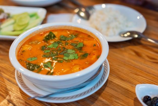 Heiße und saure suppe steht zum abendessen mit der familie auf dem tisch Premium Fotos