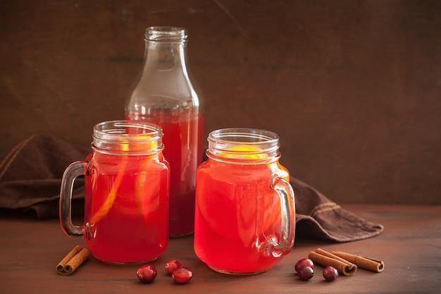 Heißer cranberry-tee mit orangen-zimt-wärmegetränk Premium Fotos