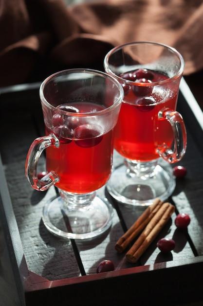 Heißer cranberry-tee mit zimtwärmendem getränk Premium Fotos