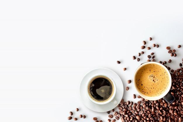 Heißer espresso und kaffeebohne auf weißer tabelle Premium Fotos