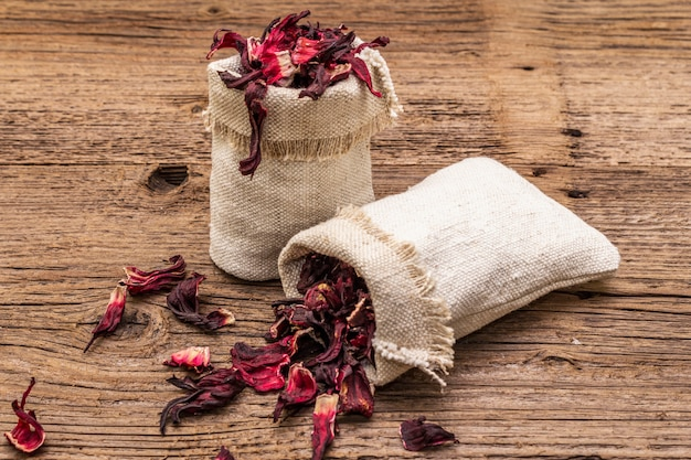 Heißer hibiskus-tee mit trockenen blütenblättern Premium Fotos