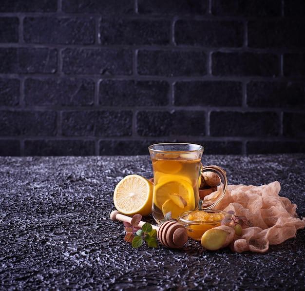 Heißer tee mit ingwer, zitrone, minze und honig Premium Fotos