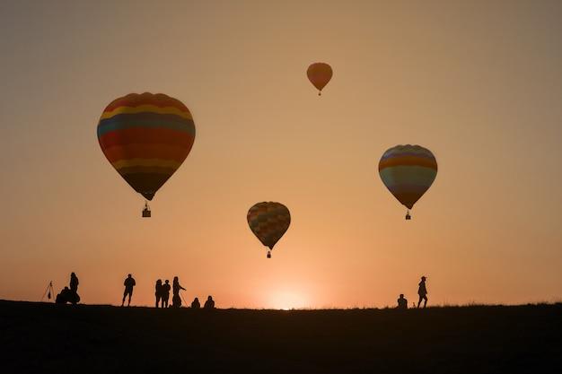 Heißluftballon im himmelsonnenunterganghintergrund Premium Fotos