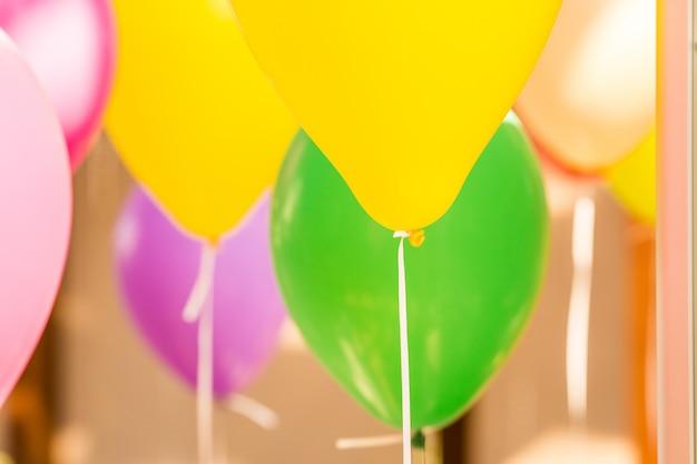 Helium bunte luftballons mit bändern Premium Fotos