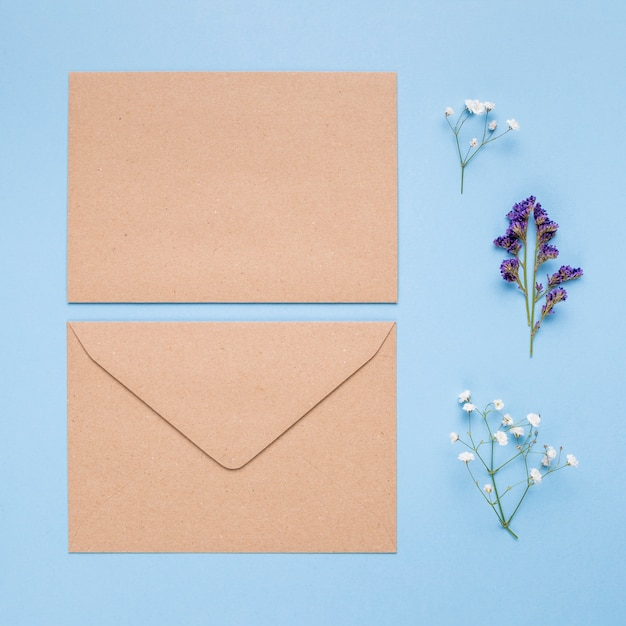 Hellbraune hochzeitseinladung auf blauem hintergrund Kostenlose Fotos