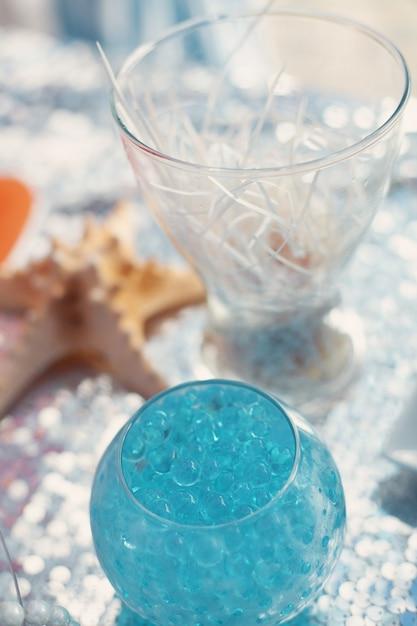 Helle blaue kugeln in der glasvase. seatime-thema auf dem schokoriegel der partei. Premium Fotos