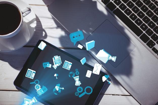 Helle blaue symbole neben einer tasse kaffee und laptop Kostenlose Fotos