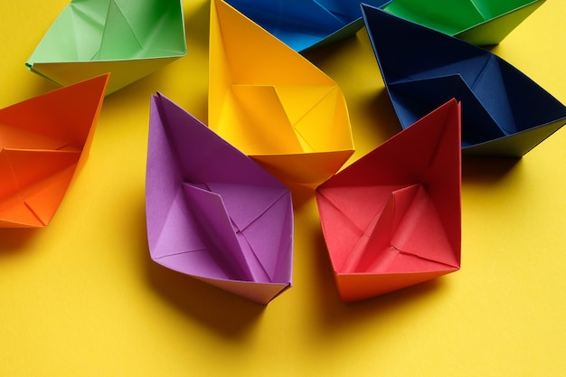 Helle bunte handgemachte papierhandwerke, auf einem weißen hintergrund. kopierraum Premium Fotos