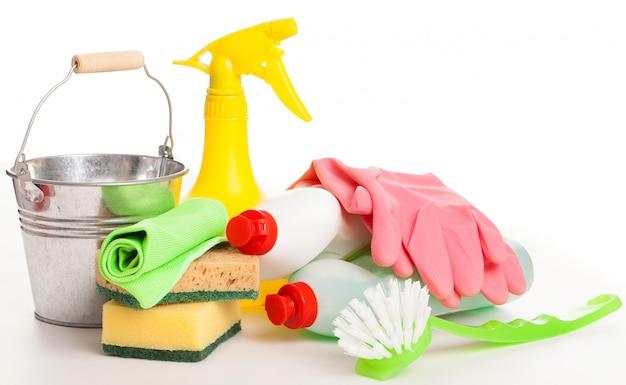 Helle bunte reinigung eingestellt auf einen holztisch Kostenlose Fotos
