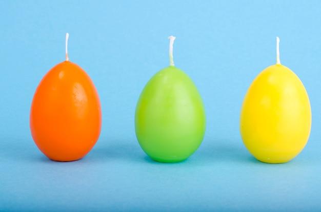 Helle farbige dekorative kerzen in form von eiern. Premium Fotos