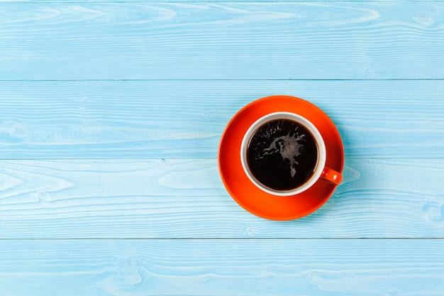 Helle farbige kaffeetasse auf tischplatteansicht Premium Fotos