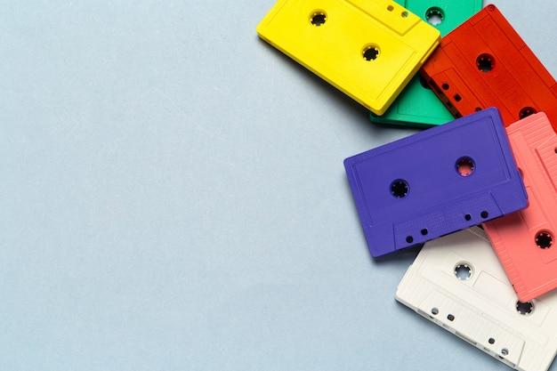 Helle retro kassetten auf einem hellgrauen hintergrund Premium Fotos