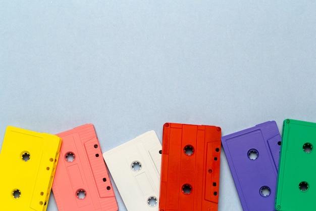 Helle retro kassetten auf einem hellgrauen Premium Fotos