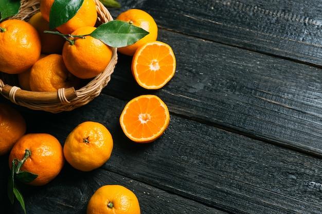 Helle saftige mandarinenahaufnahme mit kopienraum Premium Fotos