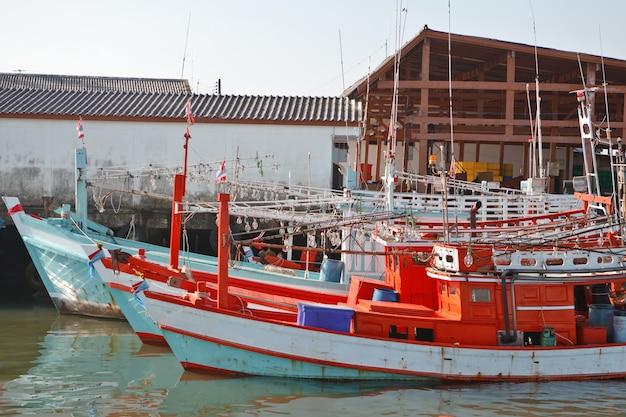 Helle traditionelle thailändische fischerboote zum nachtfischen von garnelen im hafen. Premium Fotos