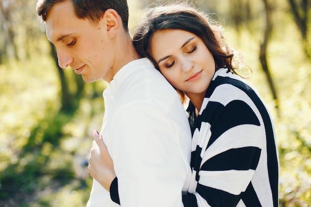 Helle und glückliche schwangere frau, die in den park mit ihrem ehemann geht Kostenlose Fotos