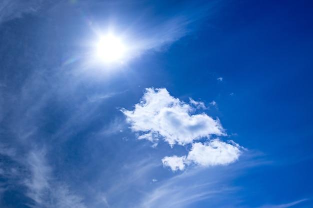 Heller blauer himmel mit weißen wolken und sonnenhintergrund Premium Fotos