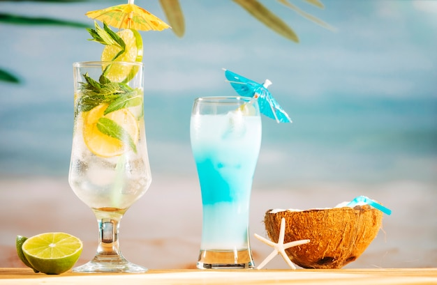 Heller regenschirm verzierte cocktails kalk- und kokosmilch mit stroh Kostenlose Fotos