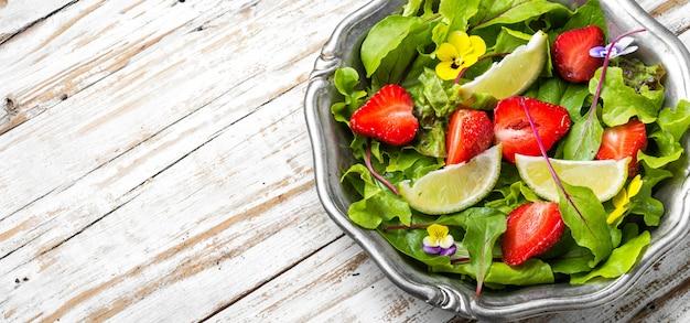 Heller salat mit grüns, erdbeeren und kalk. sommerlebensmittel Premium Fotos