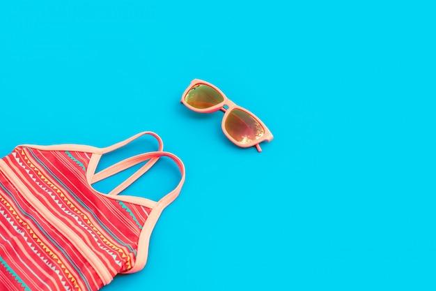 Heller satz für ein mädchen für einen strandurlaub in den modischen farben auf einem blauen hintergrund. Premium Fotos