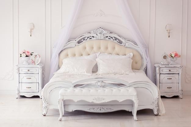 Helles, gemütliches stilvolles interieur schlafzimmer schöne reiche antike möbel himmelbett Kostenlose Fotos