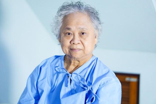 Helles gesicht des asiatischen älteren oder älteren frauenpatientenpatienten-lächelns in der krankenpflegekrankenstation. Premium Fotos