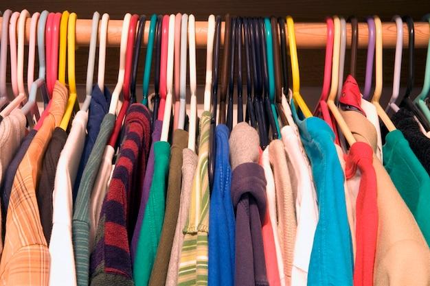 Hemden auf aufhängern im speicher Premium Fotos