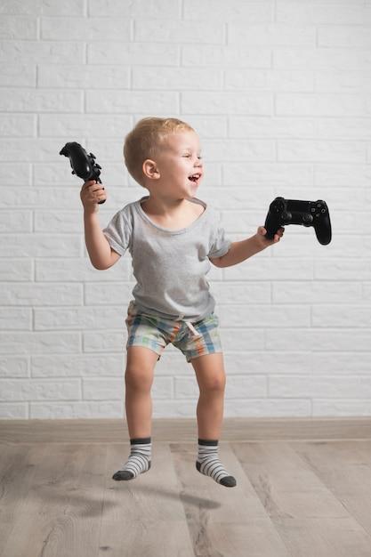 Herausgenommener junge, der steuerknüppel springt und hält Kostenlose Fotos