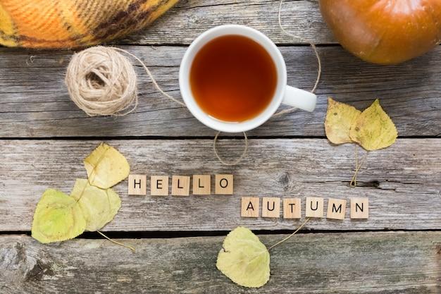 Herbst fallen flach lag, ansicht von oben. herbstblätter, tasse tee. Premium Fotos