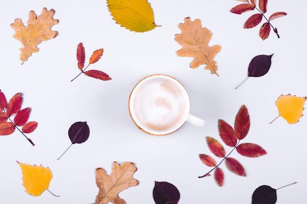 Herbst herbst blätter und tasse kaffee. hallo herbstkartenkonzept. Premium Fotos