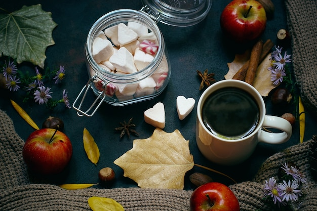 Herbst, herbstlaub, heißer dampfender kaffee und ein warmer schal oder eine strickjacke. saison-, morgenkaffee, sonntag entspannend und stilllebenkonzept. Kostenlose Fotos