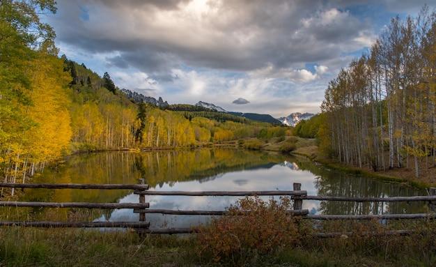 Herbst in telluride mit sonnenlicht und reflexion über den see Premium Fotos